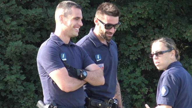 7. Policier est enervé par Arthur qui filme et se retient... Il dit à son collègue Zen, zen, pense au Karma