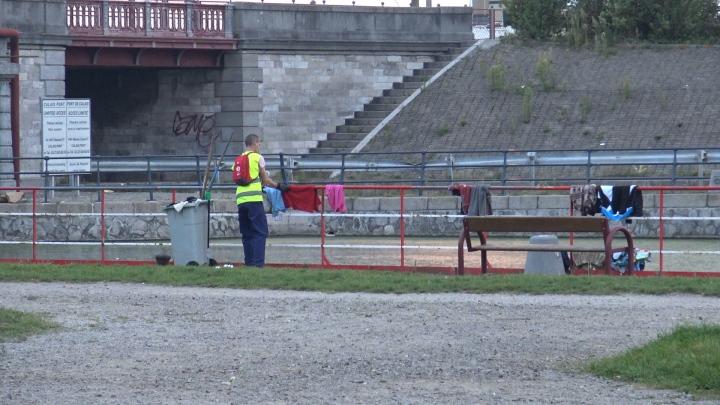 8. Centre ville de Calais, alors que les Oromos dorment sous les pont, un employer de la mairie ramasse leur linge qui sèche